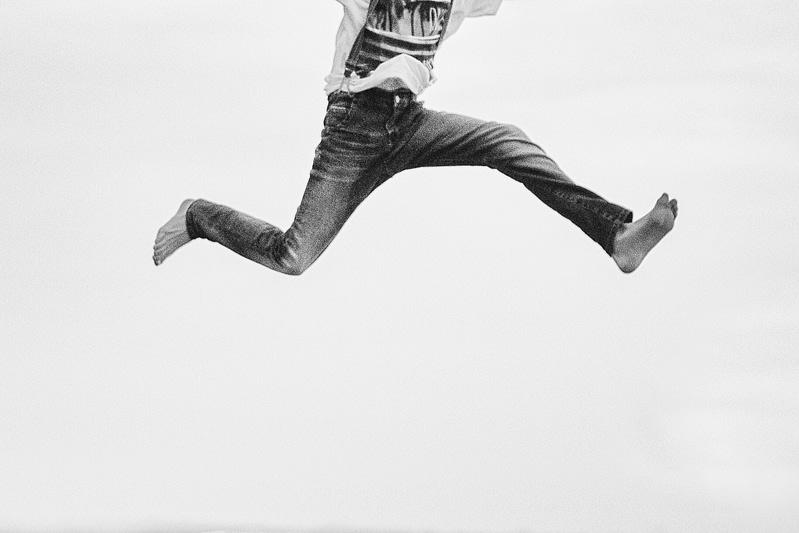 Ein Mann macht einen Luftsprung