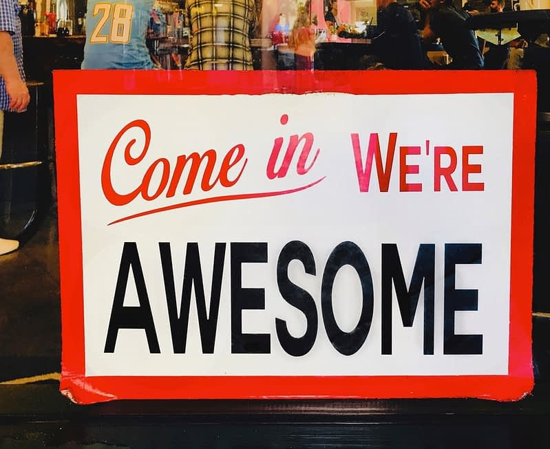 it-show-a-sign-that-says-come-in-were-aweseome--inbound-marketing-oldschool-example